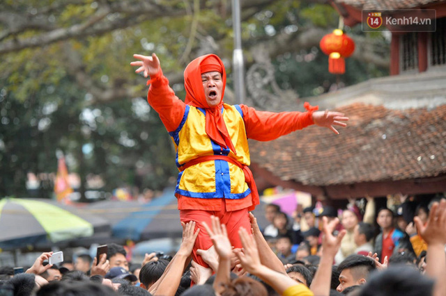 Hàng nghìn người hò reo cổ vũ màn rước pháo và tung hô quan đám tại lễ hội Đồng Kỵ - Ảnh 18.