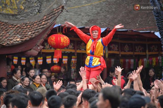 Hàng nghìn người hò reo cổ vũ màn rước pháo và tung hô quan đám tại lễ hội Đồng Kỵ - Ảnh 19.