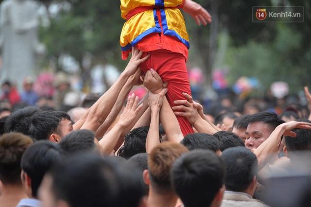 Hàng nghìn người hò reo cổ vũ màn rước pháo và tung hô quan đám tại lễ hội Đồng Kỵ - Ảnh 20.