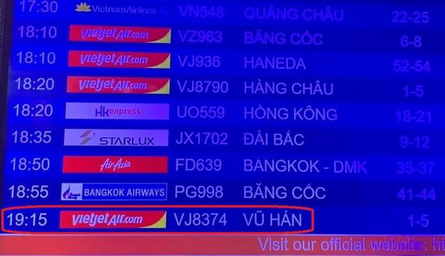 Hình ảnh 166 du khách Trung Quốc đeo khẩu trang làm thủ tục rời Đà Nẵng để về lại Vũ Hán - Ảnh 2.