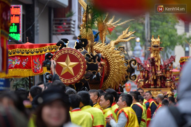 Hàng nghìn người hò reo cổ vũ màn rước pháo và tung hô quan đám tại lễ hội Đồng Kỵ - Ảnh 3.