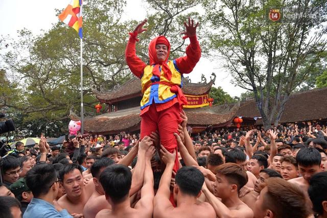 Hàng nghìn người hò reo cổ vũ màn rước pháo và tung hô quan đám tại lễ hội Đồng Kỵ - Ảnh 21.