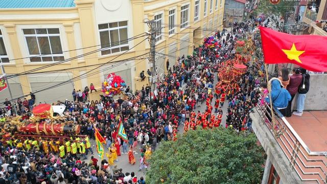 Hàng nghìn người hò reo cổ vũ màn rước pháo và tung hô quan đám tại lễ hội Đồng Kỵ - Ảnh 8.
