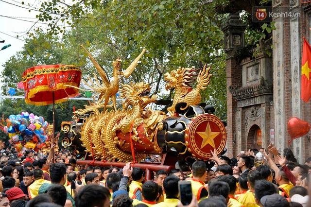 Hàng nghìn người hò reo cổ vũ màn rước pháo và tung hô quan đám tại lễ hội Đồng Kỵ - Ảnh 9.