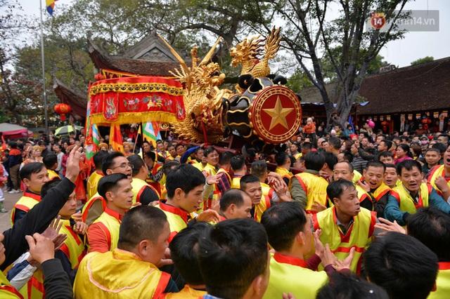 Hàng nghìn người hò reo cổ vũ màn rước pháo và tung hô quan đám tại lễ hội Đồng Kỵ - Ảnh 10.