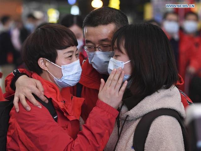 Những khoảnh khắc ấm lòng trong tâm dịch Vũ Hán: Khi tình người dìu dắt nhau vượt qua cơn khủng hoảng virus corona - Ảnh 4.