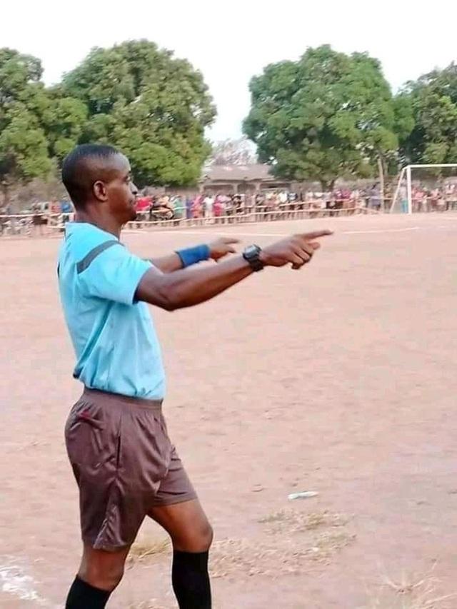 Hệ thống VAR công bằng nhất thế giới: Fan cầm cả súng đứng soi trọng tài - Ảnh 2.