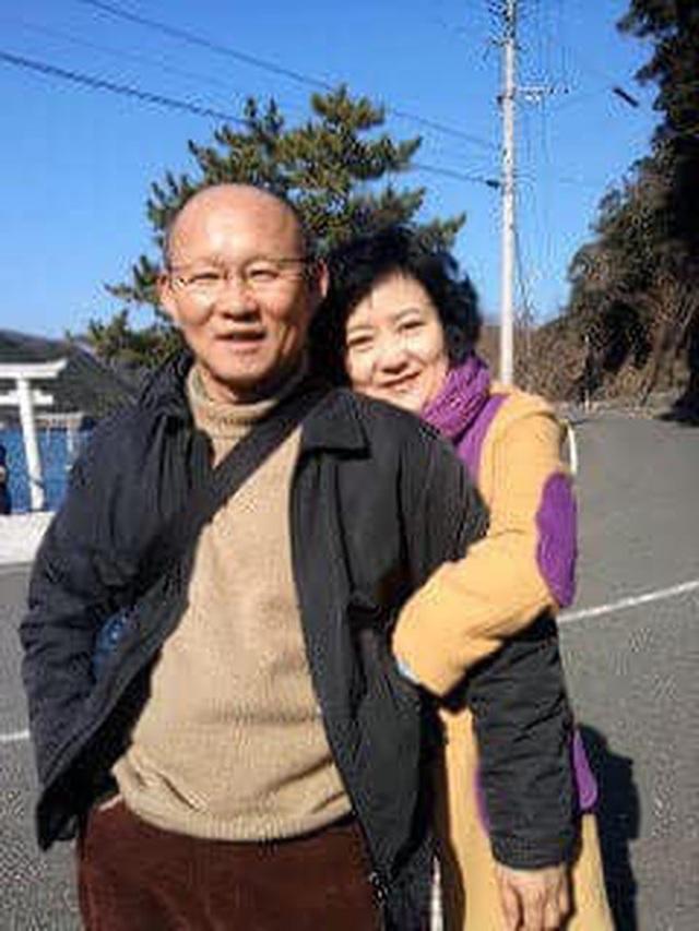 HLV Park Hang-seo kể lại kỷ niệm nhỏ, ý nghĩa lớn của vợ: Bà ấy sợ tôi không sang Việt Nam, đích thân lái xe chở tôi đến buổi đàm phán lịch sử - Ảnh 3.