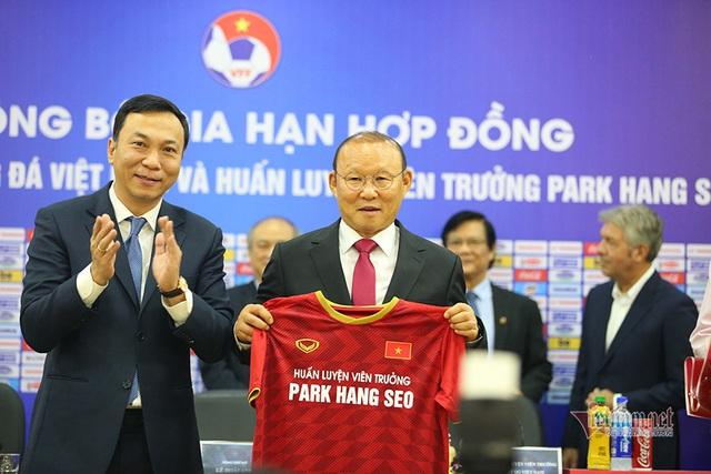 Lần đầu tiên tìm hiểu và biết Việt Nam là nấm mồ của các HLV nước ngoài, thầy Park vẫn ký hợp đồng: May mắn chỉ mỉm cười với những người thực sự nỗ lực! - Ảnh 1.