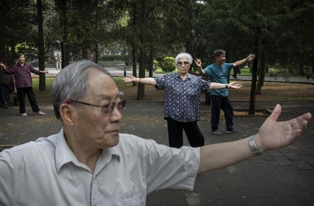 Người già Trung Quốc cô đơn, tìm bạn tình ngoài công viên khiến bệnh HIV bùng phát - Ảnh 4.