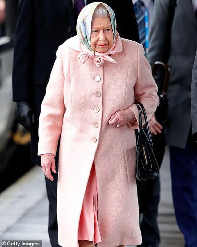 Nữ hoàng sốc toàn tập, cả hoàng gia Anh lao đao vì vợ chồng Meghan quyết định rời khỏi gia đình mà không hề thông báo trước - Ảnh 1.
