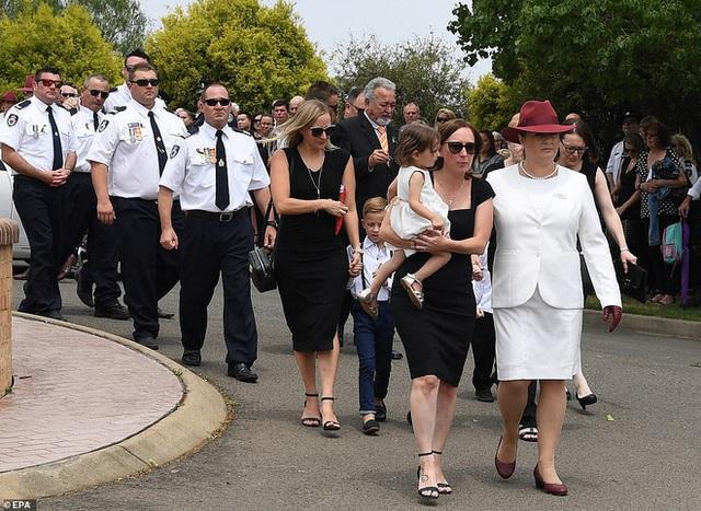 Cha là lính cứu hỏa hi sinh khi chữa cháy rừng ở Úc, con gái nhỏ không hay biết vẫn nô đùa bên linh cữu khiến ai cũng xót xa - Ảnh 12.