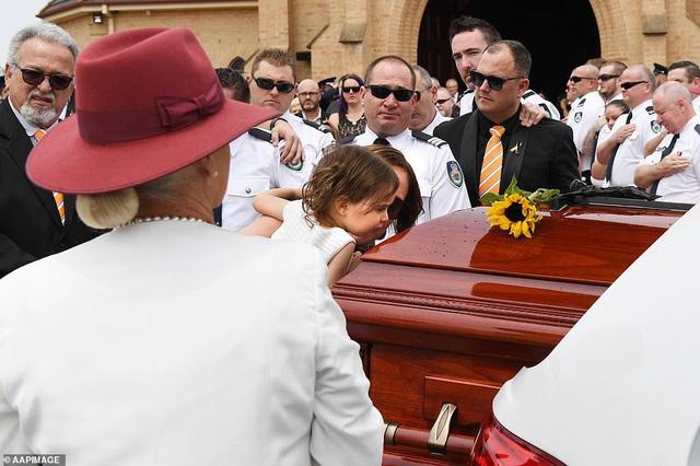 Cha là lính cứu hỏa hi sinh khi chữa cháy rừng ở Úc, con gái nhỏ không hay biết vẫn nô đùa bên linh cữu khiến ai cũng xót xa - Ảnh 14.