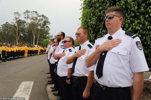Cha là lính cứu hỏa hi sinh khi chữa cháy rừng ở Úc, con gái nhỏ không hay biết vẫn nô đùa bên linh cữu khiến ai cũng xót xa - Ảnh 15.