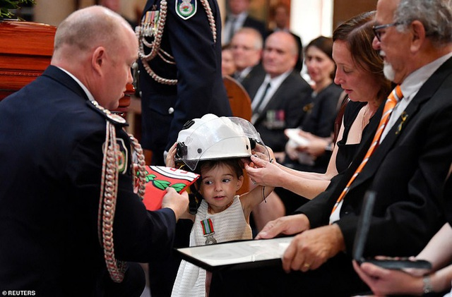 Cha là lính cứu hỏa hi sinh khi chữa cháy rừng ở Úc, con gái nhỏ không hay biết vẫn nô đùa bên linh cữu khiến ai cũng xót xa - Ảnh 4.