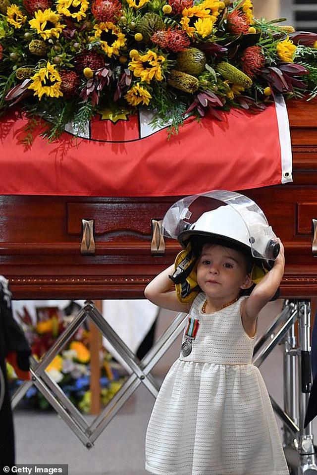 Cha là lính cứu hỏa hi sinh khi chữa cháy rừng ở Úc, con gái nhỏ không hay biết vẫn nô đùa bên linh cữu khiến ai cũng xót xa - Ảnh 5.