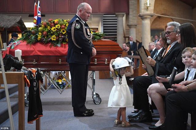 Cha là lính cứu hỏa hi sinh khi chữa cháy rừng ở Úc, con gái nhỏ không hay biết vẫn nô đùa bên linh cữu khiến ai cũng xót xa - Ảnh 6.