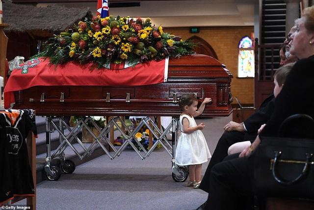Cha là lính cứu hỏa hi sinh khi chữa cháy rừng ở Úc, con gái nhỏ không hay biết vẫn nô đùa bên linh cữu khiến ai cũng xót xa - Ảnh 7.