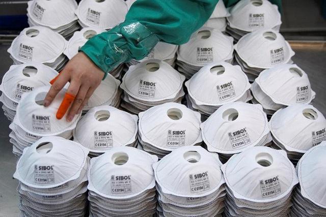 Khẩu trang bị cấm xuất khẩu ở Ấn Độ, cháy hàng ở châu Âu và Mỹ - Ảnh 1.