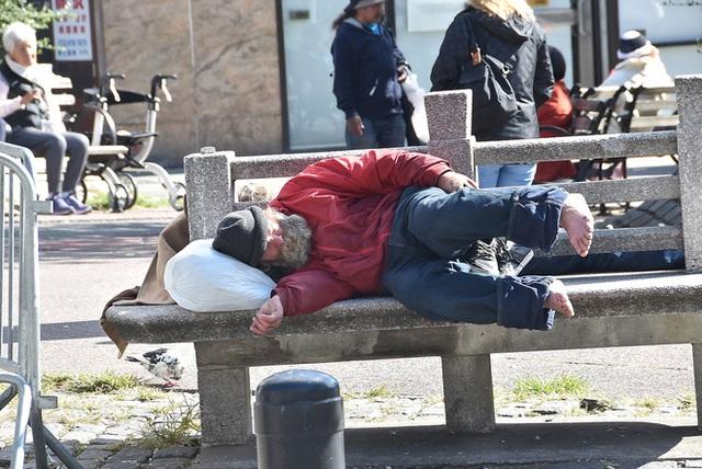 Khát khao được ngủ trong khách sạn, đến khi được ở miễn phí người đàn ông nghèo lại vội chuyển đi: Lý do thức tỉnh nhiều người - Ảnh 1.