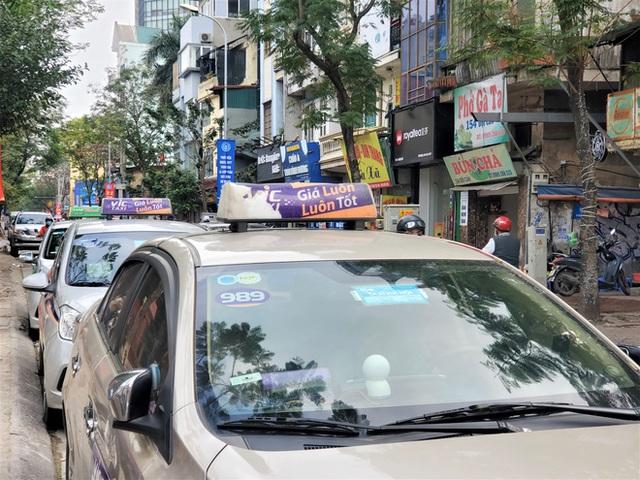 Tài xế Vic Taxi tắt đàm, bỏ làm kéo đến trụ sở hãng biểu tình - Ảnh 9.