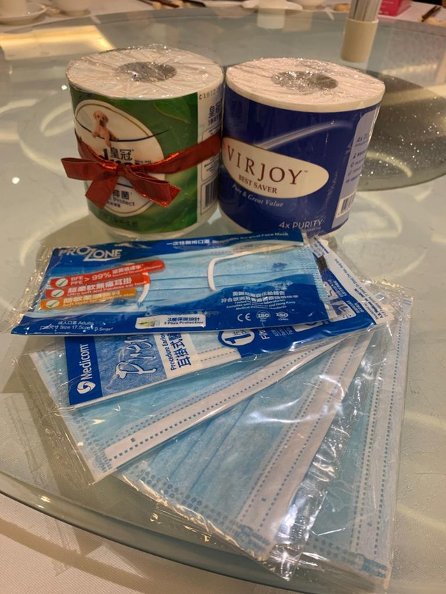 Bút viết, sổ da cao cấp hết thời, doanh nghiệp tặng combo giấy vệ sinh và khẩu trang y tế để lấy lòng khách hàng giữa bão Covid-19 - Ảnh 1.