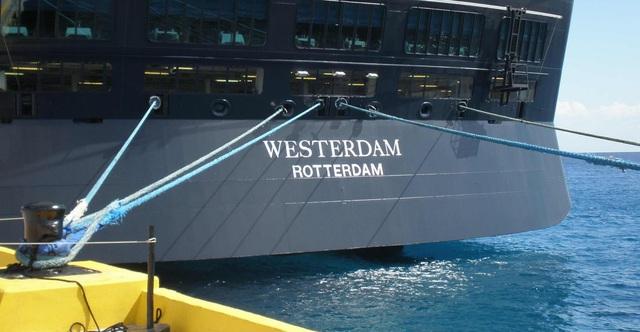 Tàu du lịch số nhọ bị 5 nước cấm nhập cảnh cuối cùng cũng được đồng ý cập cảng Campuchia - Ảnh 2.
