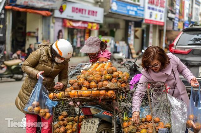 Hốt bạc nhờ vắt nước cam trên phố Hà Nội thời dịch Covid-19 - Ảnh 2.
