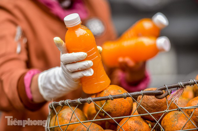 Hốt bạc nhờ vắt nước cam trên phố Hà Nội thời dịch Covid-19 - Ảnh 3.