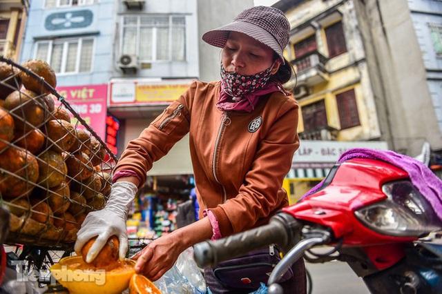 Hốt bạc nhờ vắt nước cam trên phố Hà Nội thời dịch Covid-19 - Ảnh 4.