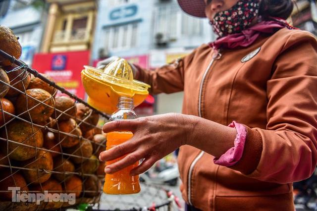Hốt bạc nhờ vắt nước cam trên phố Hà Nội thời dịch Covid-19 - Ảnh 6.