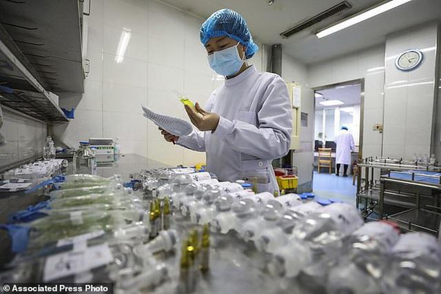 Covid-19: Thêm một giám đốc bệnh viện Vũ Hán nhiễm bệnh nguy kịch  - Ảnh 3.