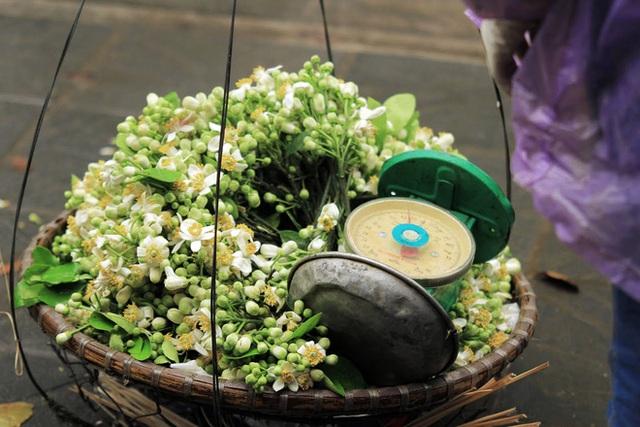 Kiếm bạc triệu nhờ bán hoa theo lạng trên phố Hà Nội - Ảnh 6.
