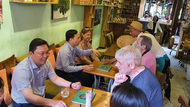 Chủ tịch tỉnh nói tiếng Anh lưu loát với khách Tây, khẳng định: Quảng Nam chưa ghi nhận ca bệnh nào nhiễm Covid 19 - Ảnh 2.