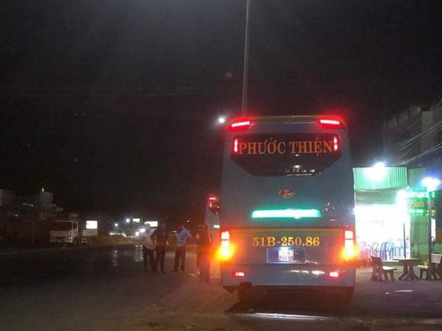 Hàng loạt xe khách Phương Trang, Phước Thiện, Cúc Tùng... bị người lạ ném đá vỡ kính trong đêm ở Đồng Nai - Ảnh 1.