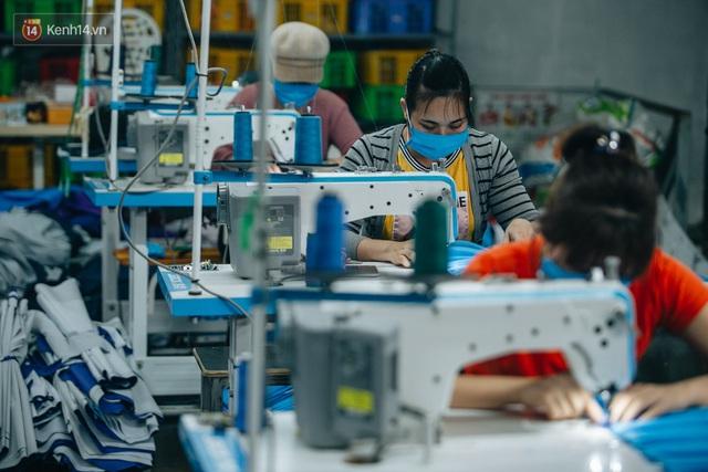 Một phụ huynh ở Hà Nội bỏ hơn 200 triệu may 40.000 khẩu trang phát miễn phí cho bà con và những điều tử tế tiếp nối - Ảnh 3.