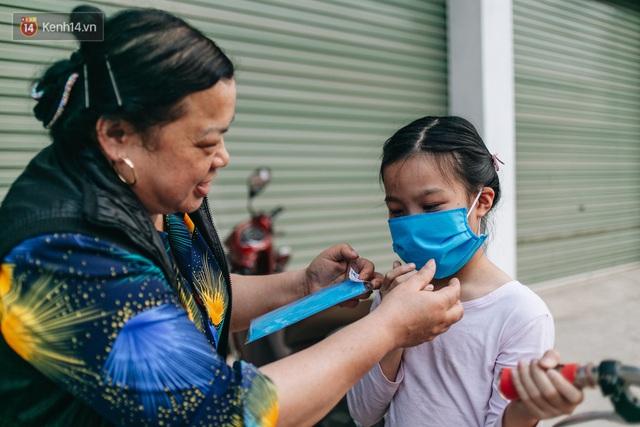 Một phụ huynh ở Hà Nội bỏ hơn 200 triệu may 40.000 khẩu trang phát miễn phí cho bà con và những điều tử tế tiếp nối - Ảnh 14.