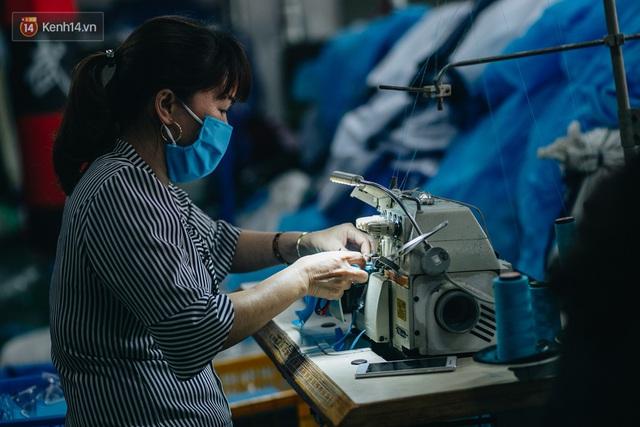 Một phụ huynh ở Hà Nội bỏ hơn 200 triệu may 40.000 khẩu trang phát miễn phí cho bà con và những điều tử tế tiếp nối - Ảnh 9.