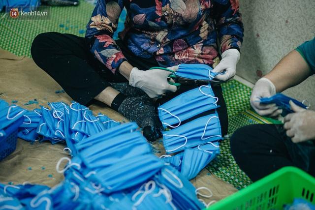 Một phụ huynh ở Hà Nội bỏ hơn 200 triệu may 40.000 khẩu trang phát miễn phí cho bà con và những điều tử tế tiếp nối - Ảnh 12.