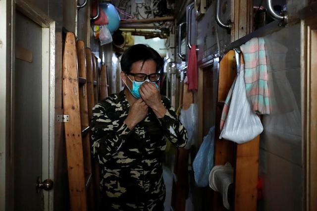 Không thể ra ngoài, hàng nghìn người nghèo Hong Kong nhốt mình trong nhà quan tài từ sáng đến đêm vì sợ virus corona - Ảnh 2.