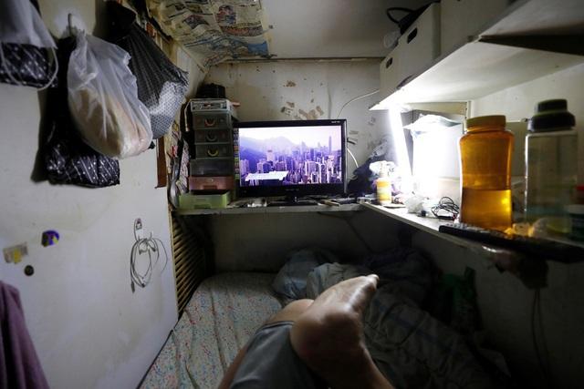 Không thể ra ngoài, hàng nghìn người nghèo Hong Kong nhốt mình trong nhà quan tài từ sáng đến đêm vì sợ virus corona - Ảnh 4.
