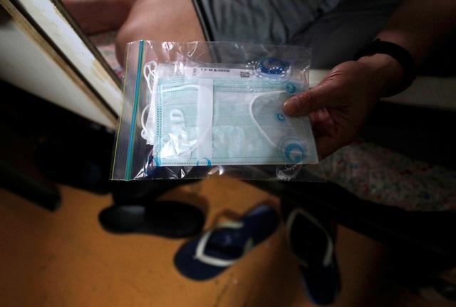 Không thể ra ngoài, hàng nghìn người nghèo Hong Kong nhốt mình trong nhà quan tài từ sáng đến đêm vì sợ virus corona - Ảnh 9.
