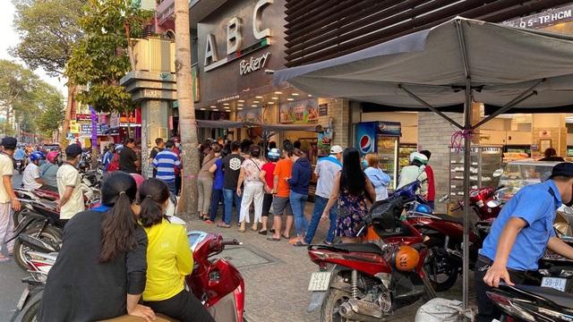 """Người Sài Gòn xếp hàng dài đợi mua bánh mì thanh long nhân sẩu riêng của vua bánh mì"""" Kao Siêu Lực - Ảnh 5."""