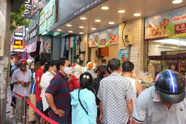 """Người Sài Gòn xếp hàng dài đợi mua bánh mì thanh long nhân sẩu riêng của vua bánh mì"""" Kao Siêu Lực - Ảnh 6."""