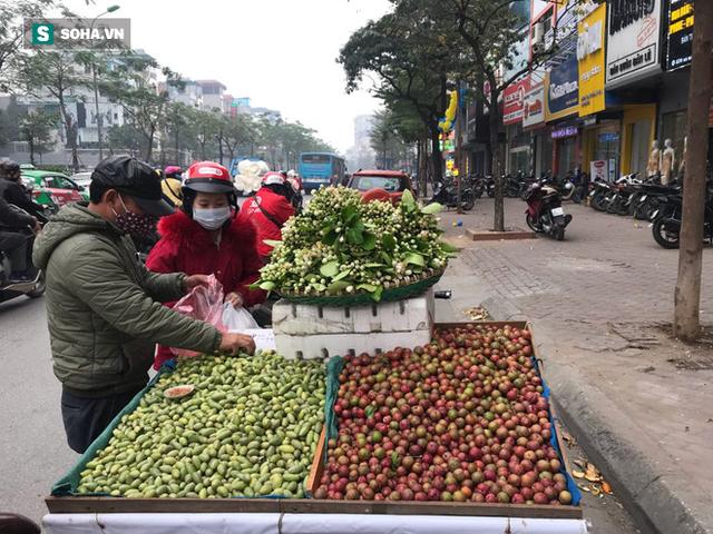Kiếm tiền triệu mỗi ngày nhờ bán rong quả xanh đầu mùa - Ảnh 4.