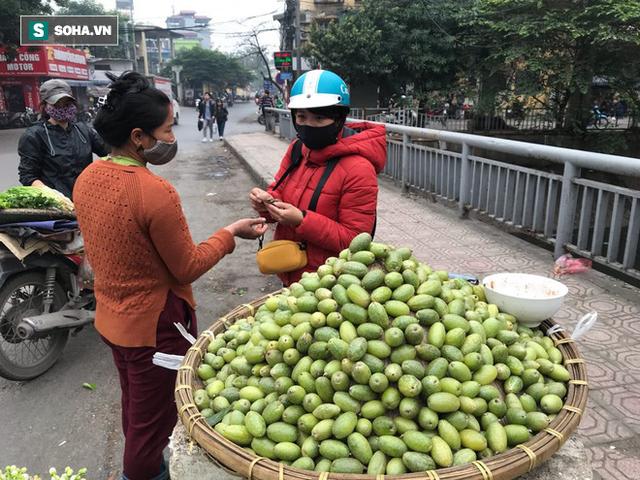 Kiếm tiền triệu mỗi ngày nhờ bán rong quả xanh đầu mùa - Ảnh 5.