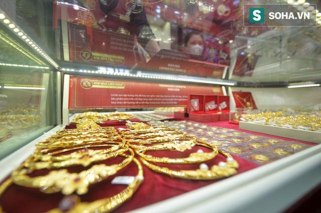 Khẩu trang kín mít xếp hàng mua vàng ngày vía Thần Tài giữa tâm dịch corona - Ảnh 19.