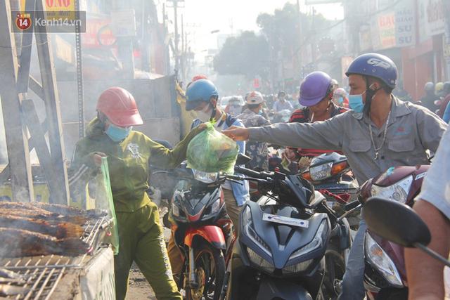 2.000 con cá lóc nướng bán sạch trong một buổi sáng, nhiều gia đình ở Sài Gòn kiếm tiền khủng trong ngày vía Thần tài - Ảnh 4.