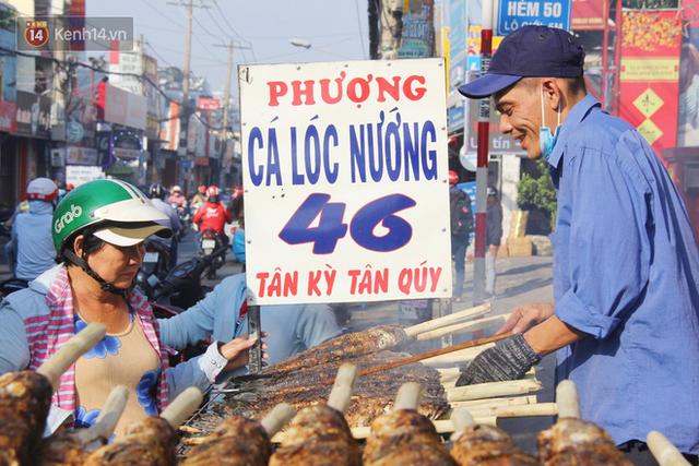 2.000 con cá lóc nướng bán sạch trong một buổi sáng, nhiều gia đình ở Sài Gòn kiếm tiền khủng trong ngày vía Thần tài - Ảnh 7.