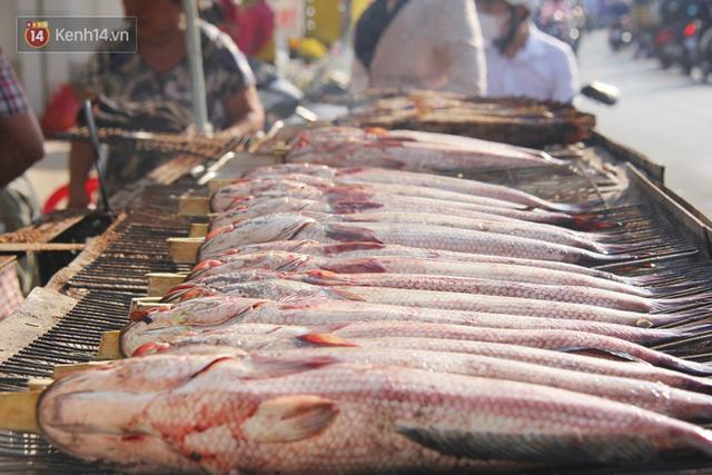 2.000 con cá lóc nướng bán sạch trong một buổi sáng, nhiều gia đình ở Sài Gòn kiếm tiền khủng trong ngày vía Thần tài - Ảnh 10.